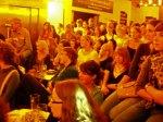 Die Ohren gespitzt - Zuschauer beim Poetry Slam im Foyer der Schauburg