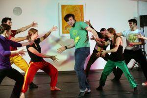 Eric Gauthier umgeben von seinen Tänzern