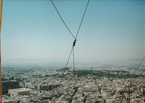 Athen, gesehen vom Lykavittos aus,  links unten das Parlament, die Akropolis dort auf dem Hügel in der Mitte, in der Ferne das Meer. Photo: nickwimmer